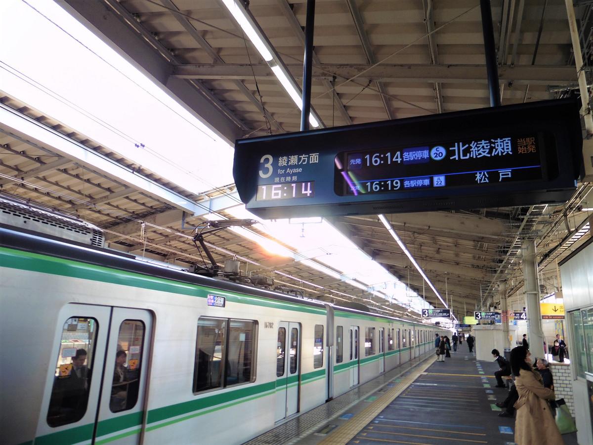 代々木上原駅始発の北綾瀬行き。土曜・休日はこの16時14分発の後、北綾瀬行きはしばらくなく、次は17時13分発になります。平日の16時台は3本設定されています。