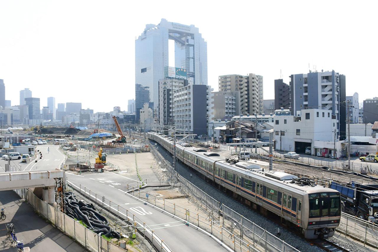 うめきたエリアの西側を通る東海道貨物支線(梅田貨物線)。写真の列車は、おおさか東線の試運転列車です。おおさか東線の新大阪開業後は、一部の列車が東海道貨物支線上にある梅田信号場まで回送されています