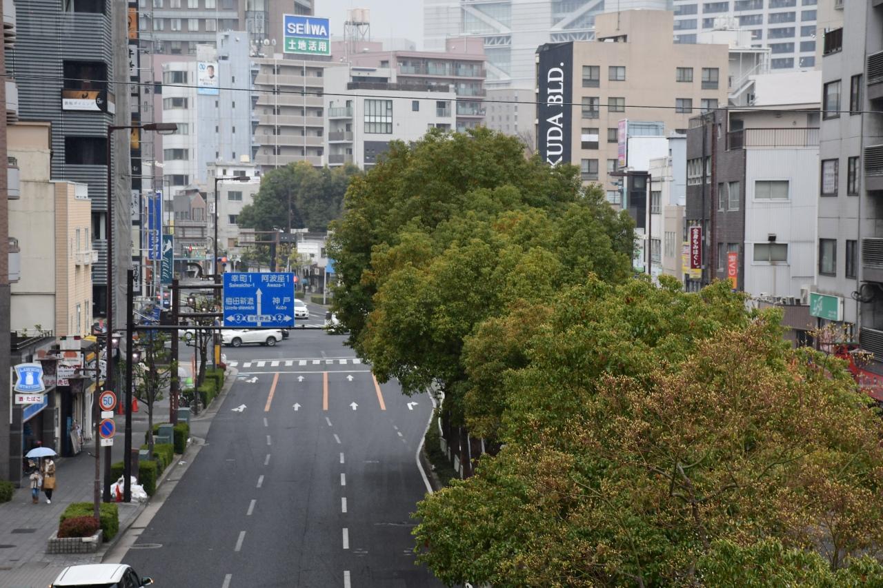 大阪環状線の福島駅から見たなにわ筋。写真奥が難波方面です