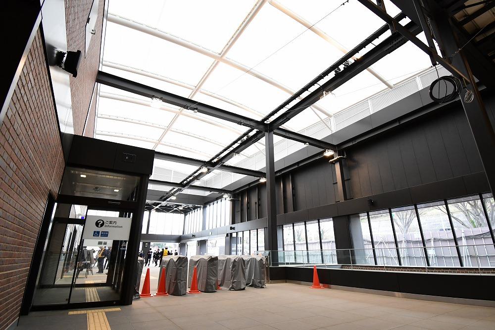 羽沢横浜国大駅のコンコース。天井からやわらかな自然光が降りそそぎます