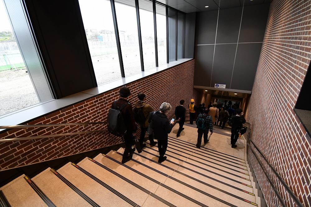 西谷駅方面には階段が、武蔵小杉駅方面にはエスカレーターが設置されます。もちろんエレベーターも完備