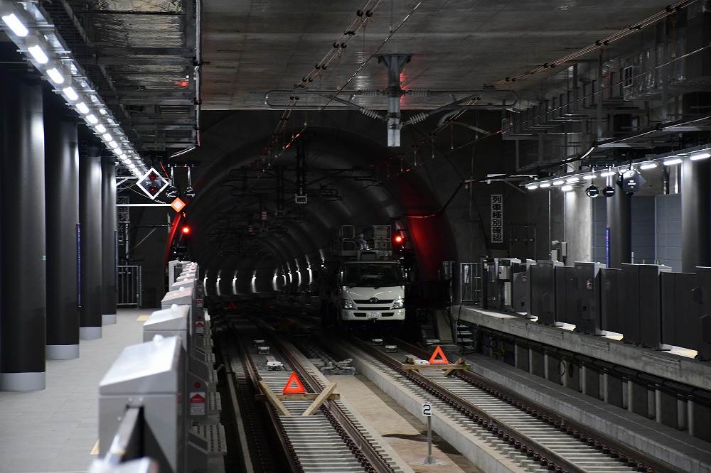 西谷駅方面。奥に見えるシールドトンネルは、西谷駅付近まで伸びる「西谷トンネル」です