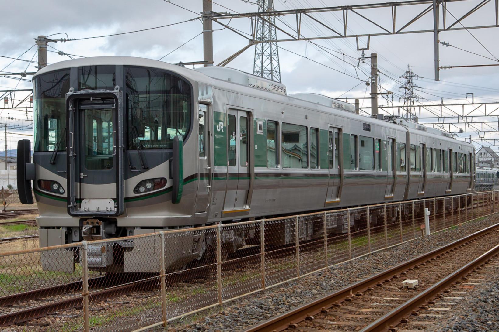 和歌山駅近くの車両基地で休む227系1000番台