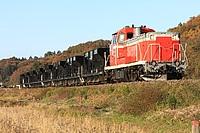 grass, sky, outdoor, farm machine, outdoor object, train, traveling, railroad, locomotive, rail